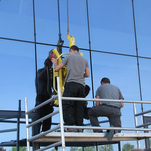 Einpassen Und Verschrauben Der Vorgefertigten Holz Glas Verbundelemente