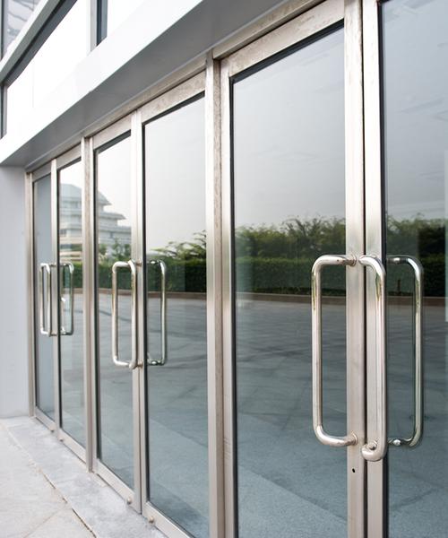Haustüren aus Alu‑Glas kleben