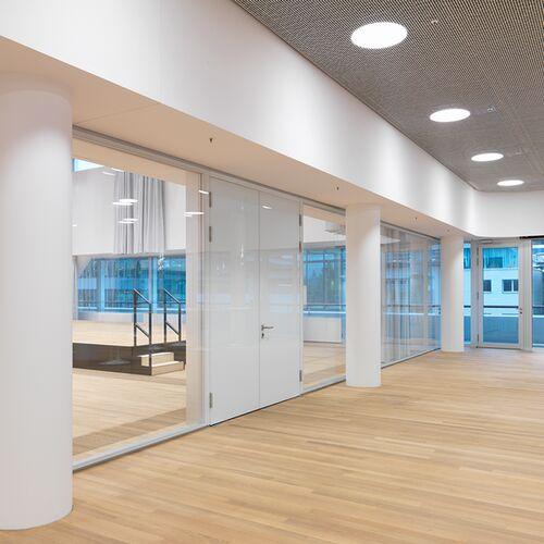 Raumhohe Tueren Und Glastrennwaende Unterstreichen Das Elegante Design Im Inneren