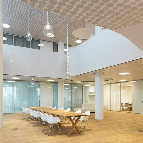 Zweigeschossige Meetingbereiche Foerdern Die Kommunikation Unter Kollegen In Einem Angenehmen Klima